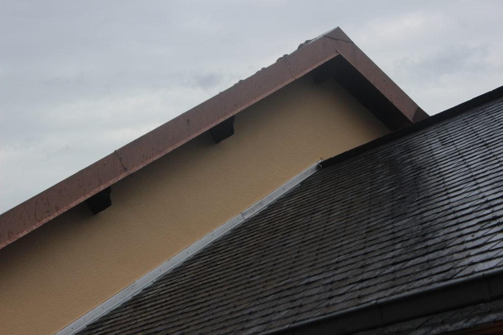 Réalisation d'enduit sur pignon de toit